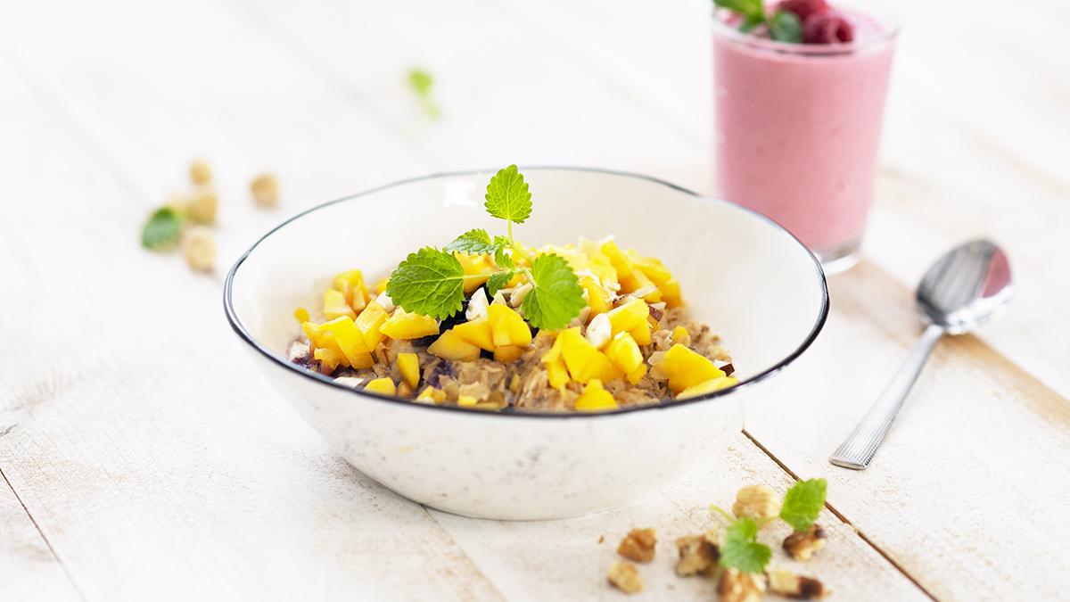 Szybka owsianka z jagodami i mango