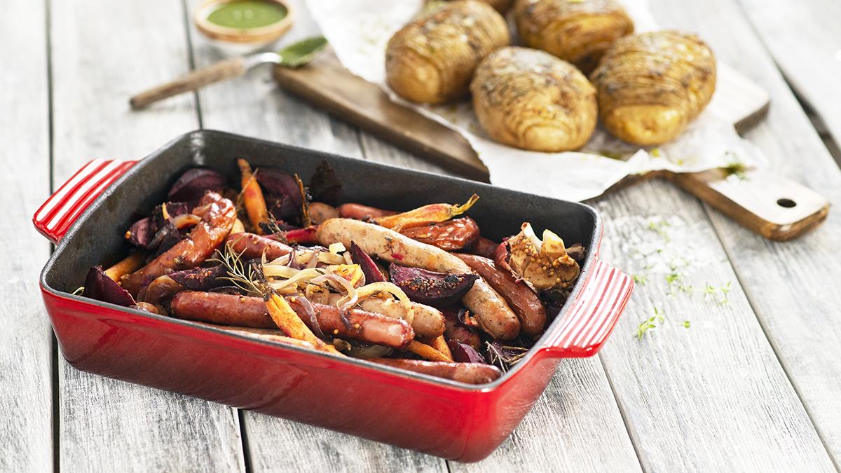 Ziemniaki pieczone z pesto i pieczonymi kiełbaskami
