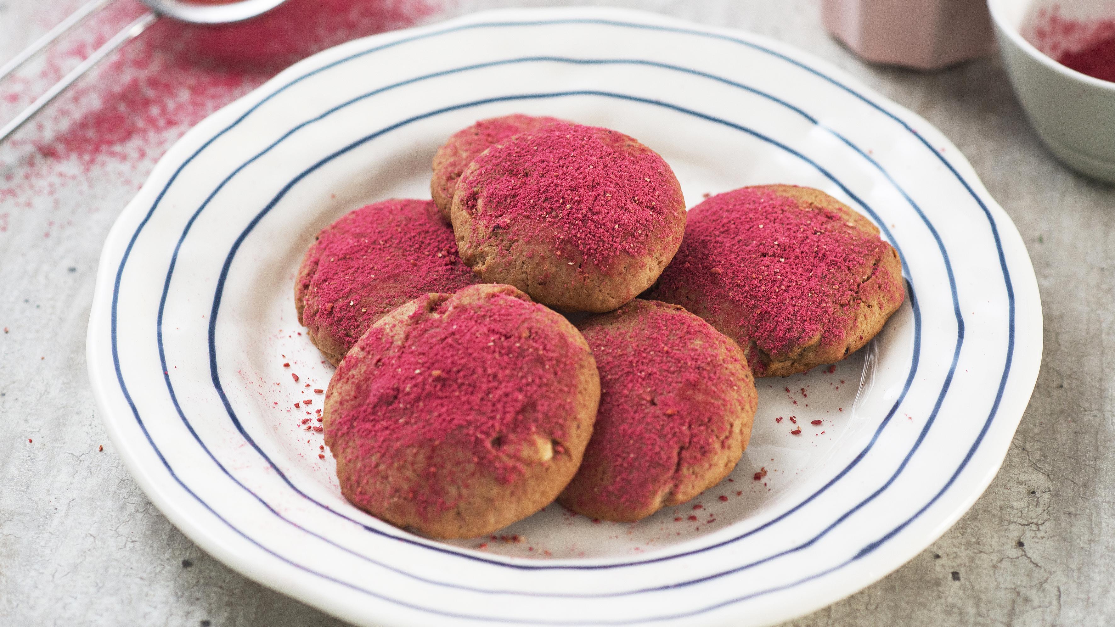 Ciastka lekko różowe z malinami i truskawkami