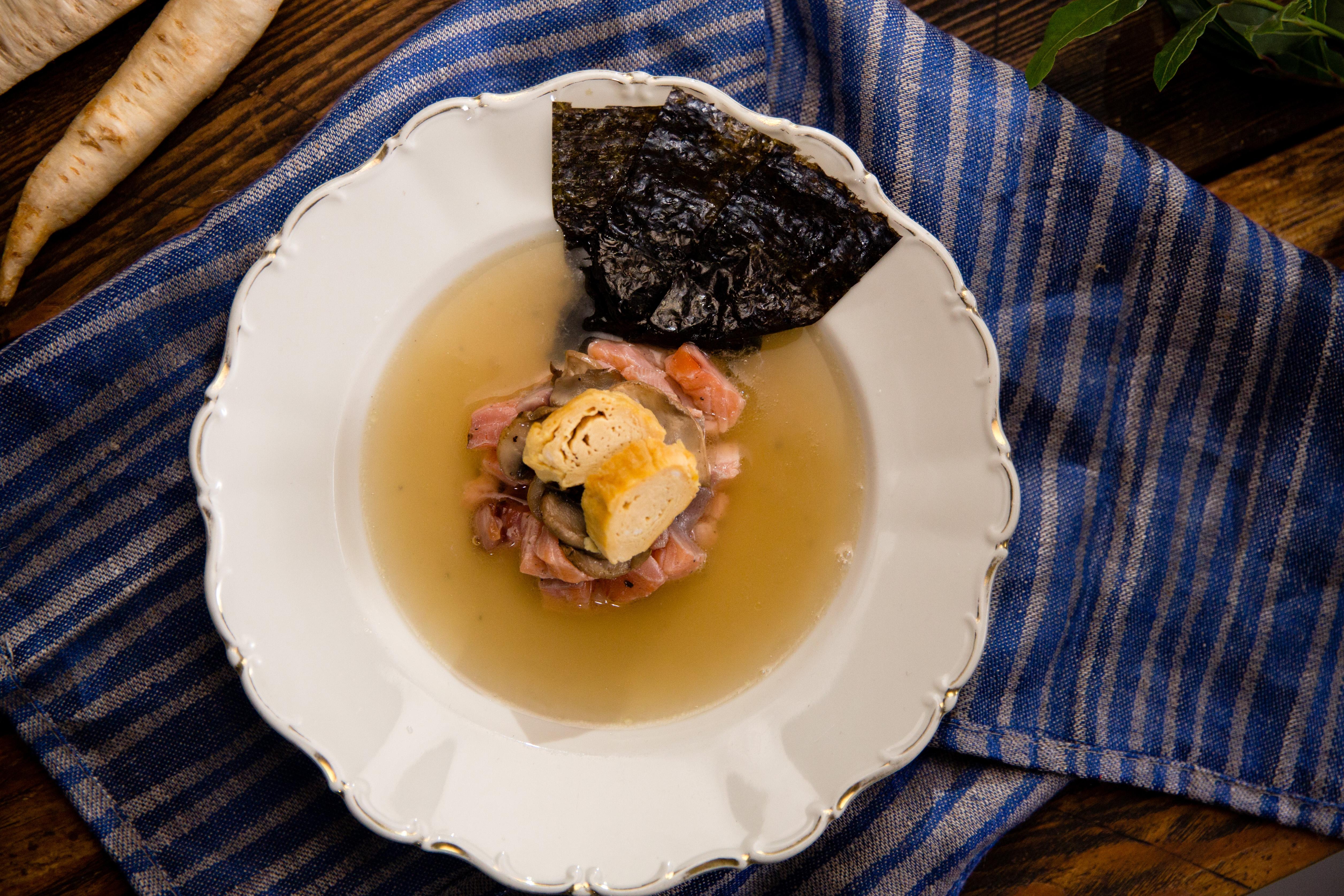 Zupa wielowymiarowa z makaronem z omletu i tatarem