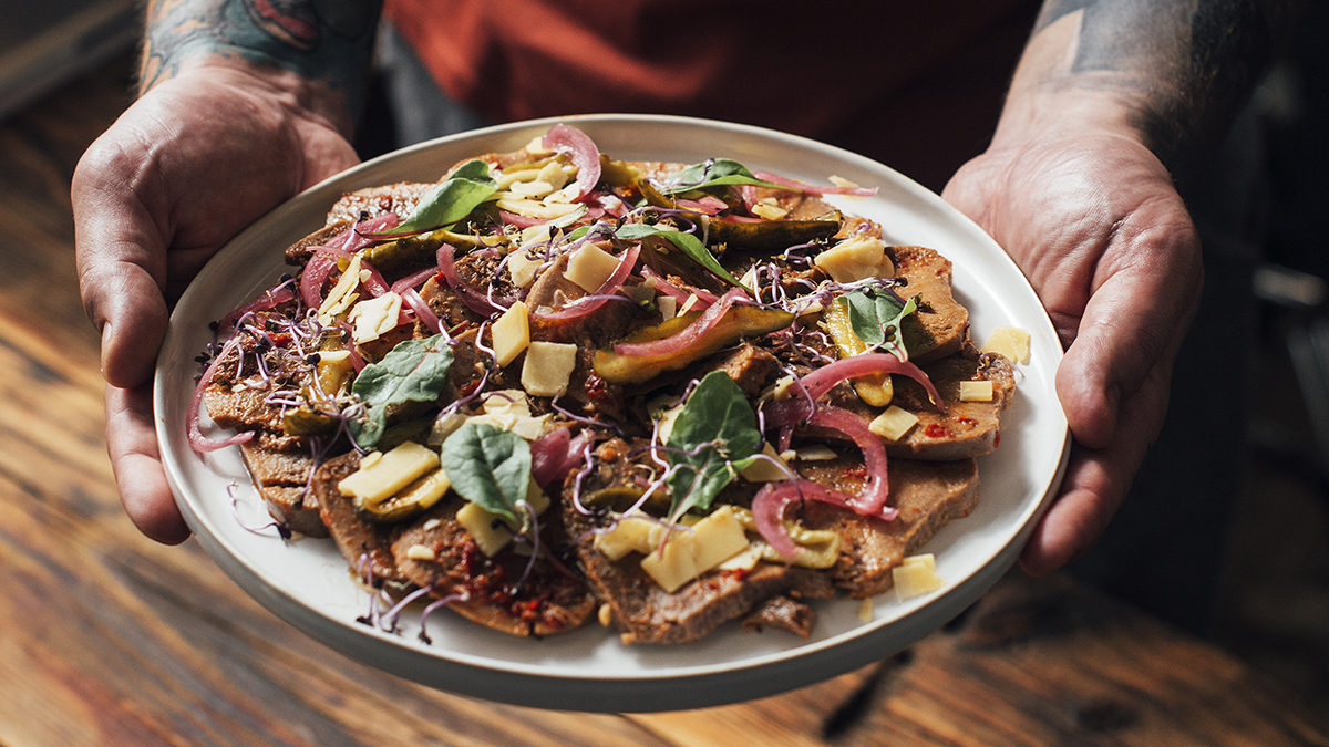 Carpaccio z ozorka wołowego z piklami, oliwą i serem