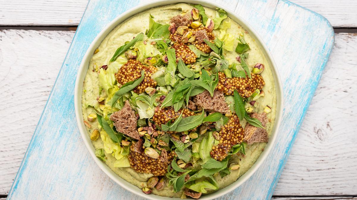 Zielony hummus z sałatą, pistacjami i tartym chlebem