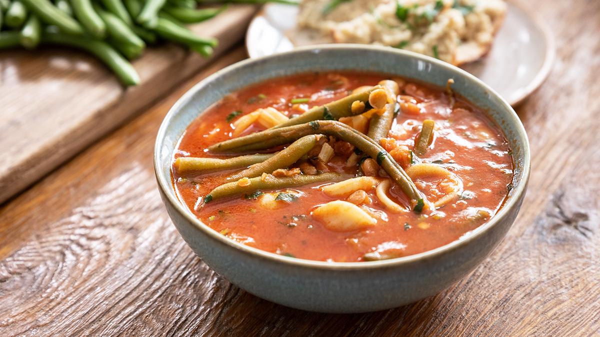 Zupa minestrone ze strączkami i ze smalcem z cebuli