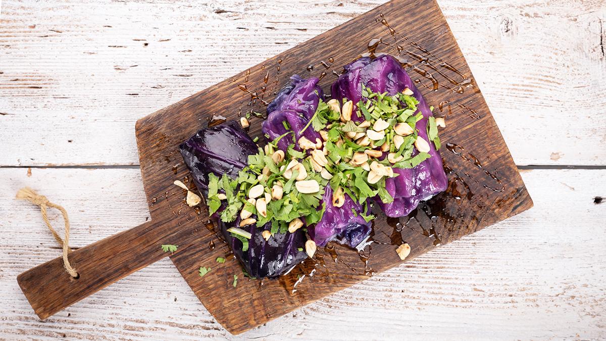Gołąbki z czerwonej kapusty z warzywami i orzechową posypką
