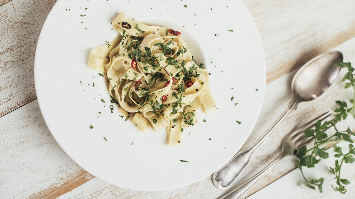 Domowe tagliatelle aglio, olio e peperoncino