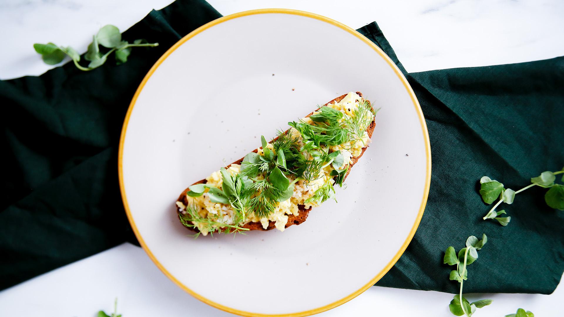 Grzanki z maślaną jajecznicą i ziołową sałatką