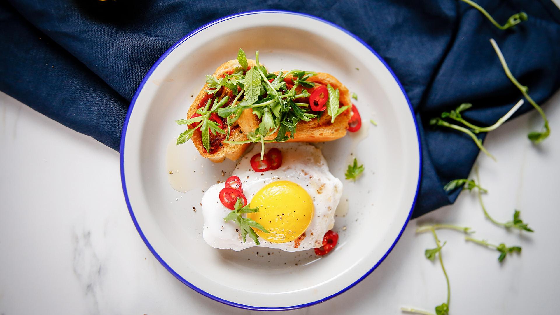 Grzanki z wieńca z jajkiem i ziołową sałatką