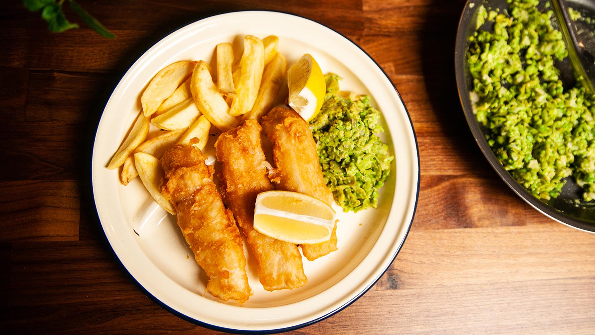 Domowy fish and chips z zielonym groszkiem i miętą