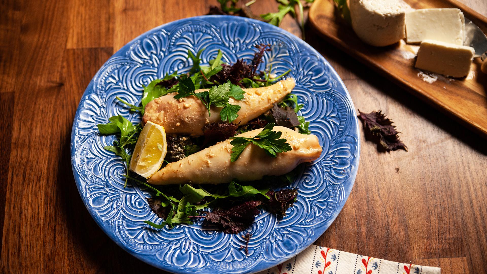 Kalmary faszerowane ryżem i kozim serem duszone w winie
