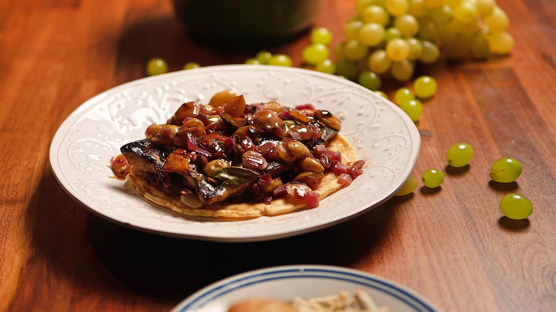 Makrela pieczona z winogronami, cebulą i octem balsamicznym
