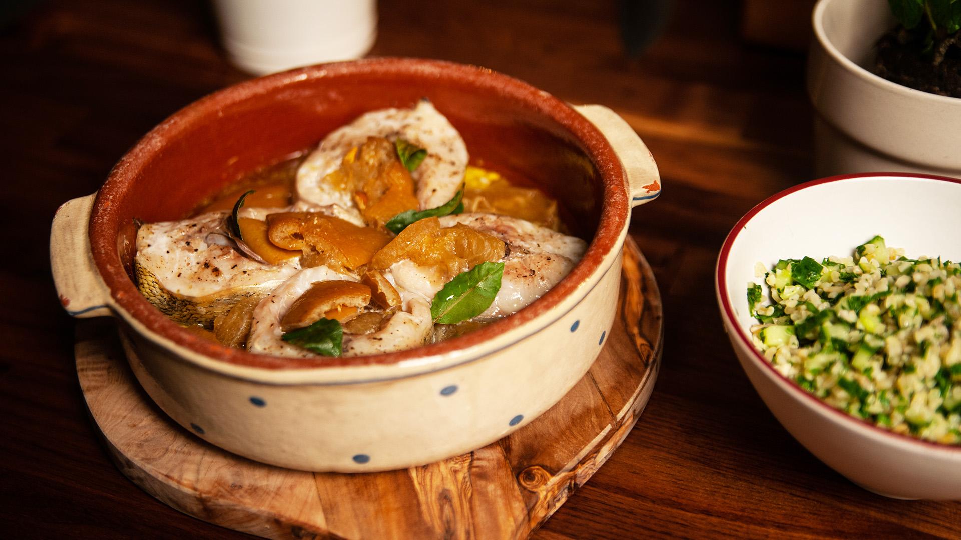 Sandacz pieczony z kiszoną cytryną i sałatką tabbouleh