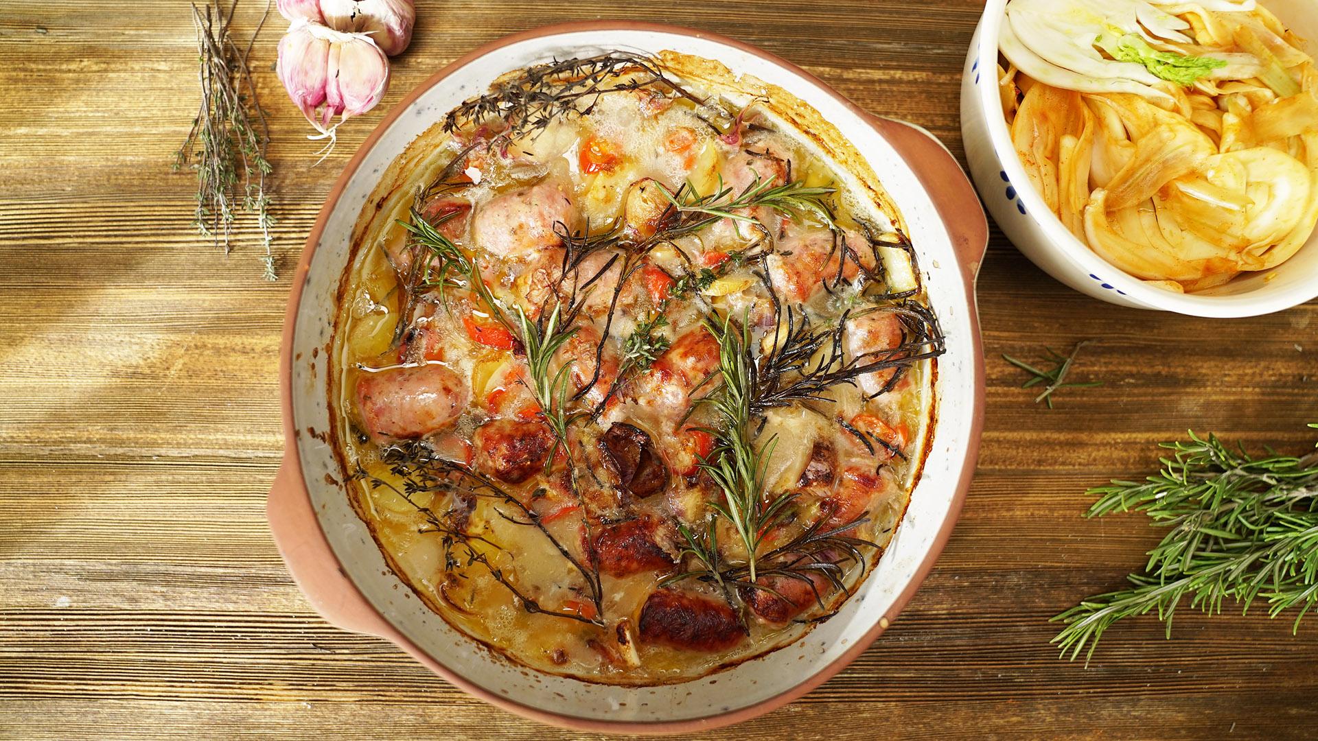 Biała kiełbasa pieczona w zakwasie na żur na ostro i sałatka z marynowanego kopru włoskiego