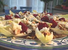 Sałatka z cykorii z burakami, orzechami włoskimi i serem pleśniowym