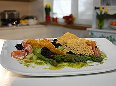 Sałatka z zielonych szparagów, jeżyn, prosciutto i parmezanu z salsa verde
