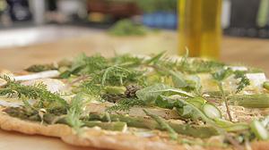 Domowa pizza ze szparagami i dzikimi ziołami