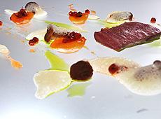 Comber z sarny, konfitura z jarzebiny i moreli, kurki w pianie z palonego masła i rosa z natki pietruszki