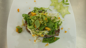 Stek z tuńczyka marynowany sokiem pomarańczowym z czerwonym pieprzem i egzotyczną sałatką - danie w 15 minut
