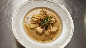 Zupa – krem z łososia z kokosowym mleczkiem, kolendrą i pomidorami