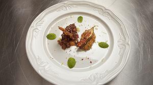 Tatar z tuńczyka podany z bekonowymi chipsami plus tatar z łososia z karmelizowaną figą