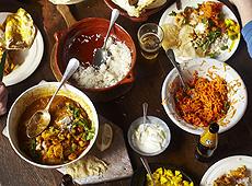 Curry rogan josh, puszysty ryż, sałatka z marchwi, papadamy, placki chapati, piwo