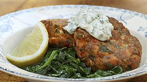 Pulpety z łososia i kraba z domowym sosem tatarskim, pieczonymi czerwonymi ziemniakami i blanszowanym szpinakiem
