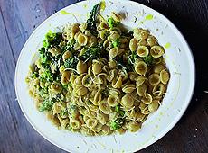 Brokuły z makaronem orecchiette, sałatka z cukinii z mozzarellą i sałatka z prosciutto i melona