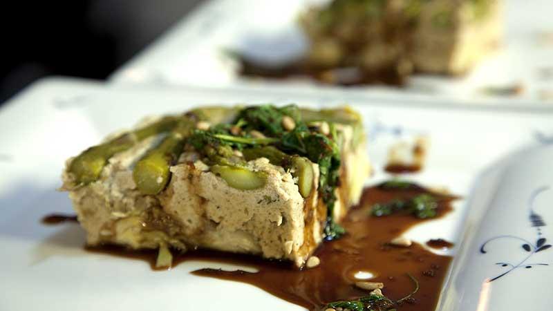 Quiche z tofu z karczochami i szparagami