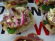 Crostini z tuńczykiem w pistacjach