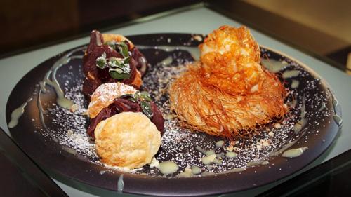 Lody smażone w tempurze na koszyczku z kataifi z pakiecikami z ciasta kakaowego nadziewanymi truskawkami