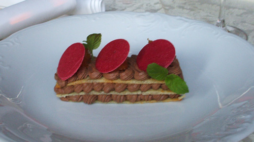 Słodka kanapka z kremem po włosku i konfiturą z moreli