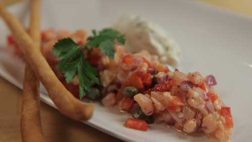 Tatar z surowego łososia z kaparami