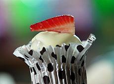 Czekoladowe muffiny z białą polewą i truskawkami