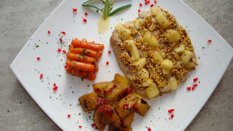 Schab z jabłkami i cydrem podany z pieczonymi ziemniakami, rozmarynem i chilli oraz z marchewką