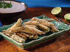 Okra w panierce z mąki kukurydzianej z chili i krem z papryczek chipotle