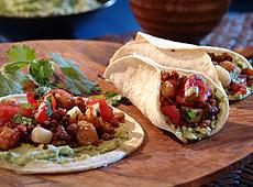 Tacos z wieprzowiną i krewetkami, salsa pomidorowa, kremowe awokado