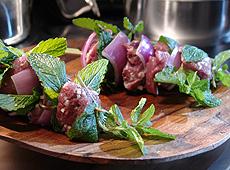 Szaszłyki jagnięce z sosem z owoców tamaryndowca