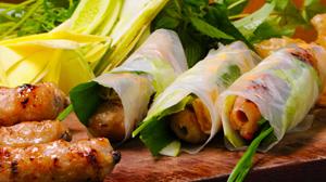 Pieczone na węglach szaszłyczki wieprzowo-rybne, zawijane w papier ryżowy