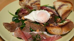Sałatka na ciepło z boczniakami, szynką parmeńska i jajkiem