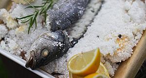 Okoń morski pieczony w soli